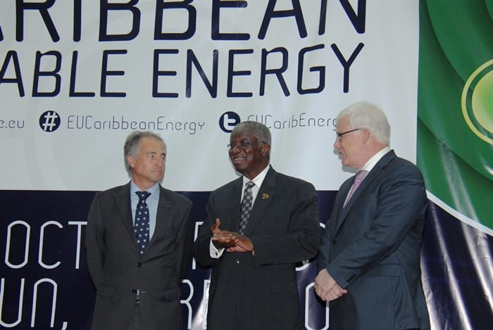Prime Minister Freundel Stuart (centre) chatting with (B.Hinds/BGIS)